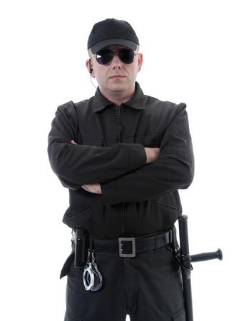 guardia de seguridad: Policía o guardia de seguridad con uniforme negro y gafas de pie con confianza con los brazos cruzados, rodado en blanco