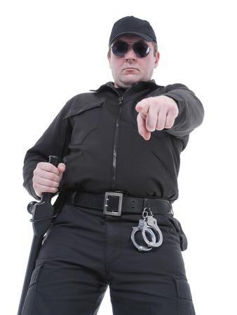 gorra policía: El policía con uniforme negro y vidrios que señala en el pedido de manera