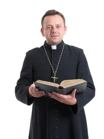 sotana: Sacerdote cat�lico de leer la Santa Biblia de disparar en blanco Foto de archivo