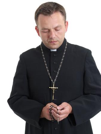 sotana: Sacerdote católico diciendo el rosario
