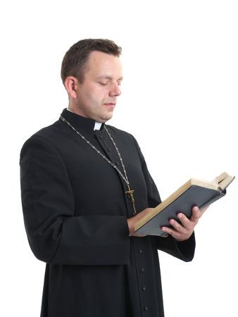 sacerdote: Sacerdote católico de leer la Santa Biblia de disparar en blanco Foto de archivo