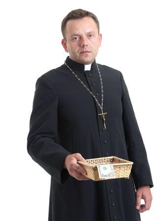 sacerdote: Sacerdote católico con placa de la colección