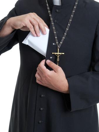 toog: Katholieke priester zet dikke envelop bemand met steekpenningen geld in soutane