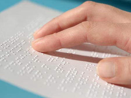wiedererkennen: Blinde Frau liest Text in Blindenschrift Lizenzfreie Bilder
