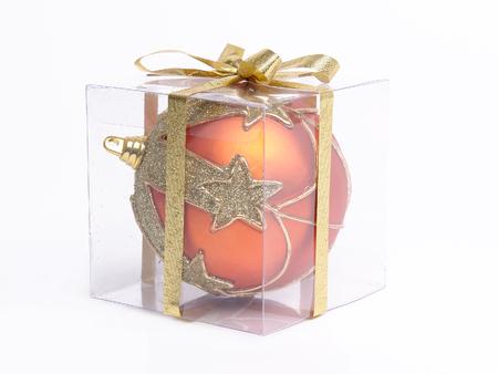 over packed: Palla di Natale confezionato in scatola trasparente su sfondo bianco