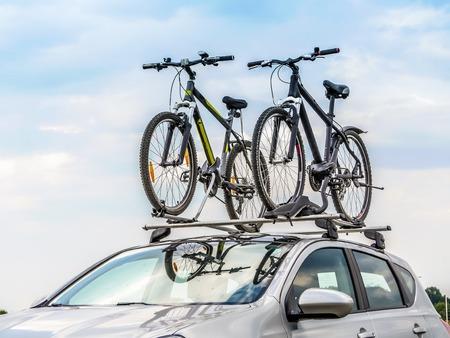 dach: Passagier Auto mit zwei Fahrräder auf dem Dach Lizenzfreie Bilder