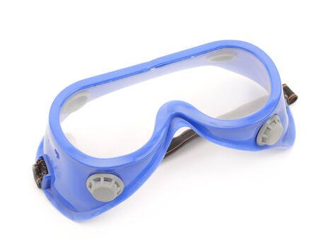 흰색 배경 위에 총 파란색 보호 고글