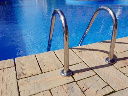 handle bars: Borde de la piscina con manillar de acero