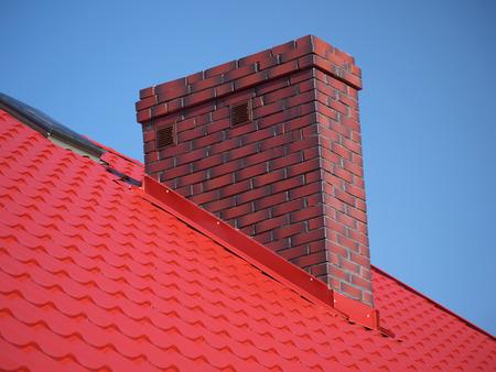 Nahaufnahme des roten Dach Metallbelag mit gemauerten Schornstein Standard-Bild - 34680935