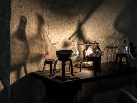 workshop oude alchemist met instrumenten en apparatuur Stockfoto