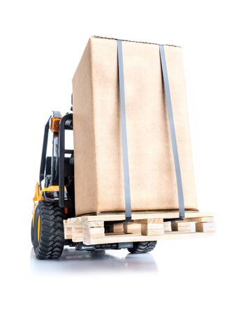 warehouse forklift: Carretilla elevadora que transporten mercanc�as embaladas en caja cardborad coloca en el tiro palet de madera en el fondo blanco