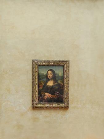 mona lisa: PARIS, FRANCE - AUGUST 28 2013: - Leonardo Da Vincis famous portrait of Mona Lisa exhibited at the Louvre Museum