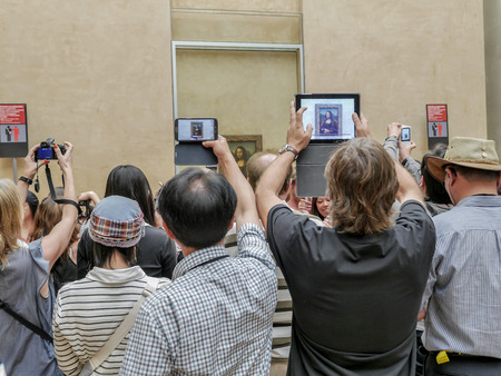 mona lisa: PARIS, FRANCE - AUGUST 28 2013: - A crowd of visitors taking pictures of Leonardo Da Vincis famous portrait of Mona Lisa exhibited at the Louvre Museum Editorial