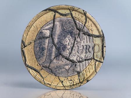 derrumbe: Una moneda euro agrietado como metáfora del colapso de la moneda euro