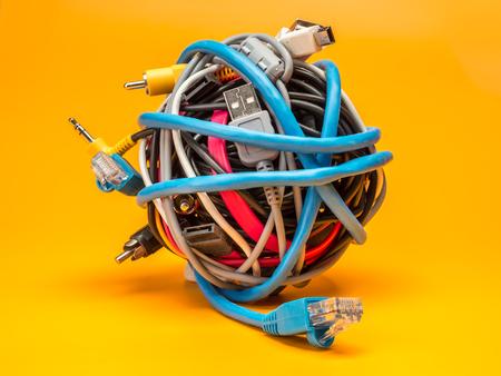 Tangled roll di fili di computer su sfondo giallo Archivio Fotografico - 70014548