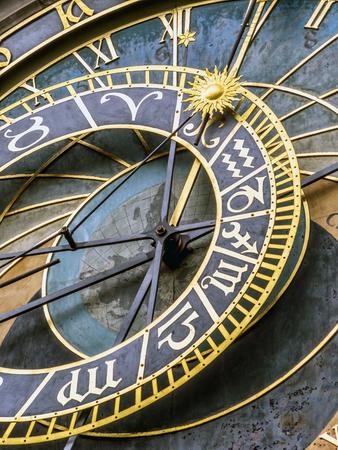 Nahaufnahme der astronomischen Uhr auf altem StadtRathaus, Prag, Tschechische Republik