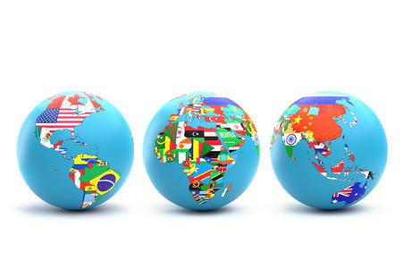 白い背景に重ね合わせた国旗を重ねた大陸とその国を持つ3つの世界の地球儀の3Dレンダリング