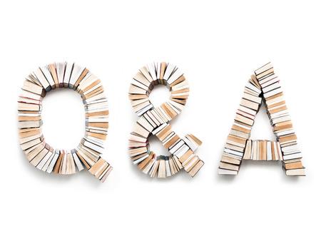 Q & A lettres formées de livres, tourné d'en haut sur fond blanc Banque d'images - 95818427