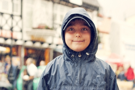 dia de lluvia: Boy in the hood en d�a lluvioso