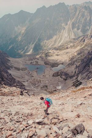 ni�o con mochila: Hike in the high mountains