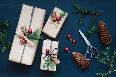 tijeras: Navidad Envuelto presenta en la mesa