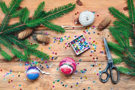 decoracion mesas: Hacer bola de Navidad fijar las lentejuelas sobre la bola