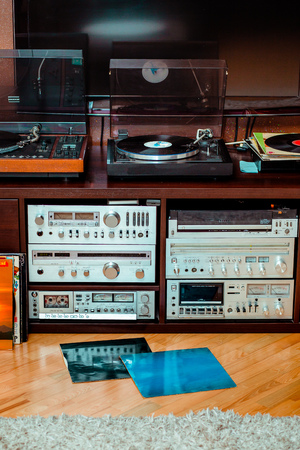 Set of audio equipment, record players, amplifiers, radio and vinyl records Archivio Fotografico