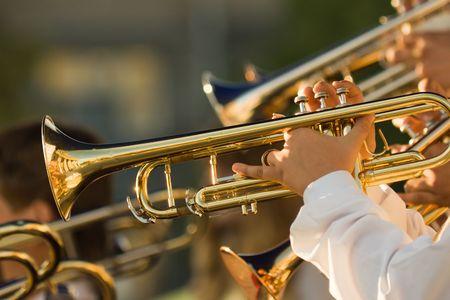 trombon: músicos jóvenes están jugando en trombones Foto de archivo