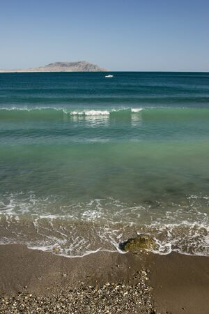 lejos: mar olas con fondo de monta�as lejanas