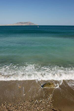 lejos: mar de surf con monta�as lejanas en el fondo Foto de archivo