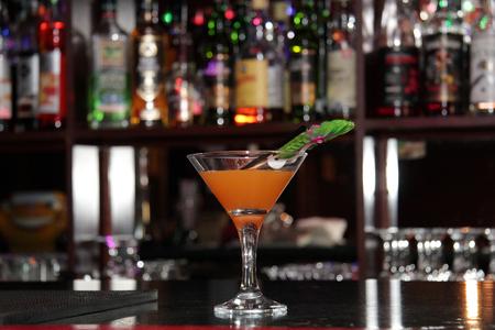 un cóctel en el bar