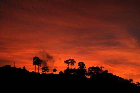 cima montagna: cima della montagna silhouette al tramonto