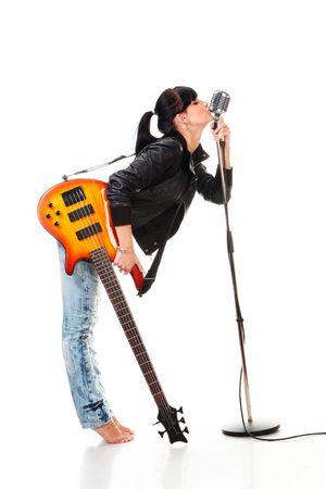 Rock-n-roll meisje met een gitaar kussen retro microfoon op wit wordt geïsoleerd