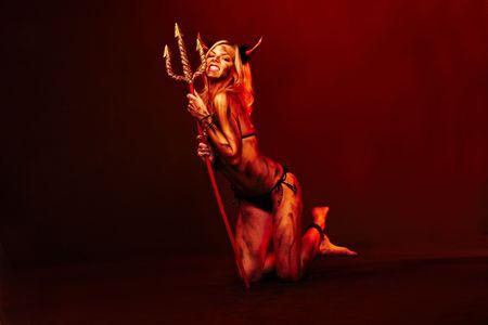 demonio: Hermosa Diablo con tridente y accesorios de Halloween en negro Foto de archivo