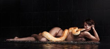 Natter: Sch�ne Frau, die mit Python im Wasser liegen