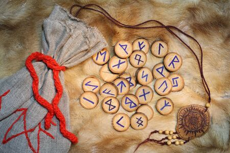 psiquico: Artesanal runa conjunto con la bolsa, estas runas fueron realizadas por el fot�grafo