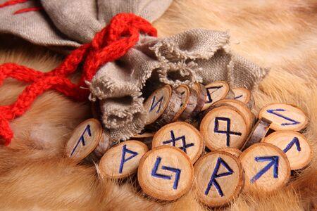ocultismo: runas con bolsa close-up  Foto de archivo