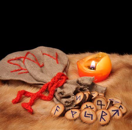 runes: Runes, pochette et bougies sur la traite des fourrures avec espace de copie  Banque d'images