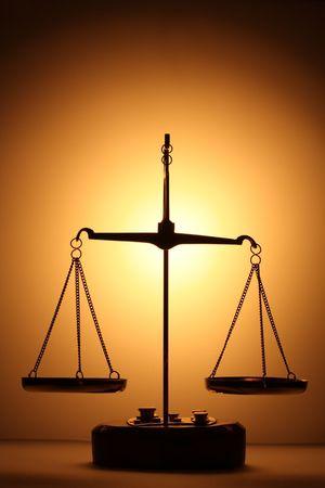equidad: Justicia escalas silueta  Foto de archivo