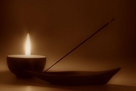 incienso: Sin embargo la vida con velas e incienso palo, en tonos sepia  Foto de archivo