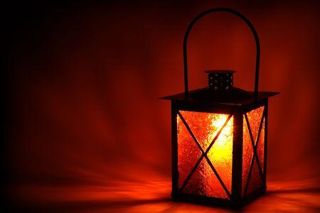 Burning lantaarn in het donker Stockfoto