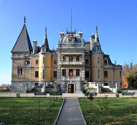 palacio ruso: Palacio del emperador ruso Alexander III en Masandra (cerca de Yalta). Construido en 1881-1902. Crimea, Ucrania Foto de archivo