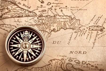 topografia: Br�jula en mano viejo mapa de la cuenca del Caribe Foto de archivo
