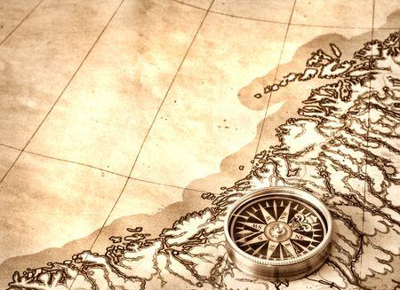 brujula antigua: Br�jula en el viejo mapa