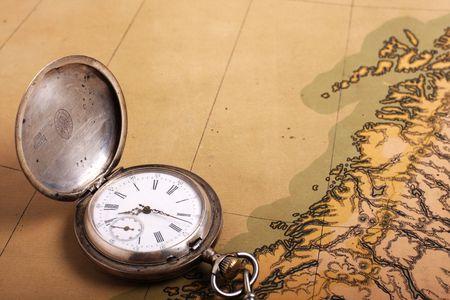 epoch: Argento vecchio orologio da tasca sulla mappa antica