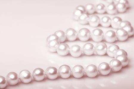 donne eleganti: Collana di perle in color seppia