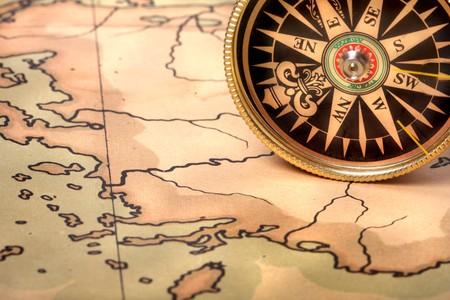 contoured: Br�jula en el antiguo mapa contorneada, GDL superficial  Foto de archivo