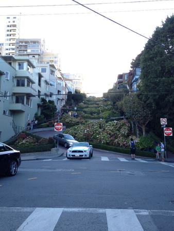lombard street in san francisco califormia windy curvy road 에디토리얼
