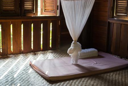 klamboe en matras in thailand traditioneel slaapkamer Redactioneel