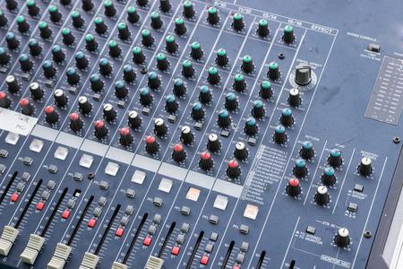 musica electronica: deslizante y mando de la consola mezcladora de sonido Foto de archivo